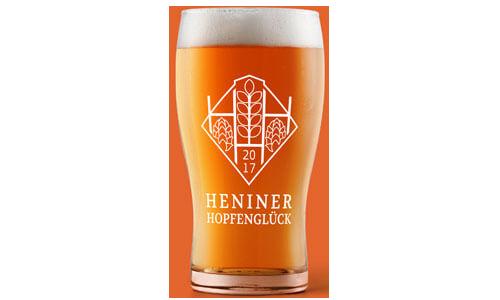 Ein Glas voll mit Heniner Hopfenglück.